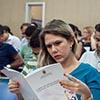 Imagem: servidora lendo apostila em curso ofertado pela progep