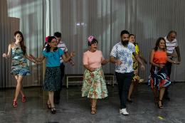 Servidores dançam no Museu de Arte da UFC