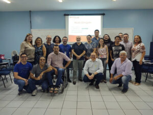 Imagem: Servidores e instrutor posam para foto após término do curso
