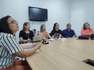 Imagem: Servidores que compõe a comissão sentados ao redor da mesa